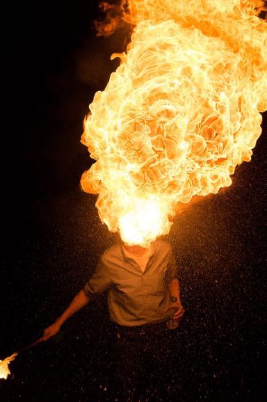 Feuerkünstler Feuerspucken